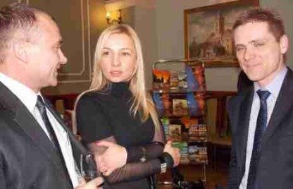 Naszą obroną na spowolnienie gospodarcze jest szukanie klientów na sąsiednich rynkach, również zagranicznych- podkreślał Tomasz Żółkiewicz (fot z prawej) z firmy Tempus Polska. Na zdjęciu z Dariuszem Arkuszewskim i Urszulą Makowską. Fot.: Lucyna Makowska